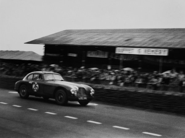 Le Mans, France.23rd - 24th June 1951.Lance Macklin/Eric Thompson (Aston Martin DB2), 3rd position, action.World Copyright - LAT PhotographicRef: L515 - 20A