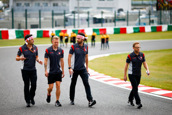 Suzuka Circuit, Japan. Thursday 05 October 2017. Kevin Magnussen, Haas F1, walks the track with his team. World Copyright: Andy Hone/LAT Images  ref: Digital Image _ONZ0712
