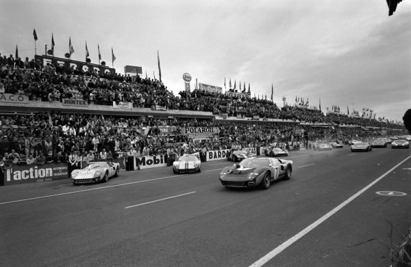 Graham Hill / Brian Muir, Alan Mann Racing Ltd, Ford Mk II, gets away at the start.