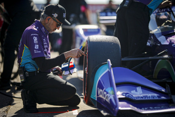#51: Romain Grosjean, Dale Coyne Racing with RWR Honda, crew member