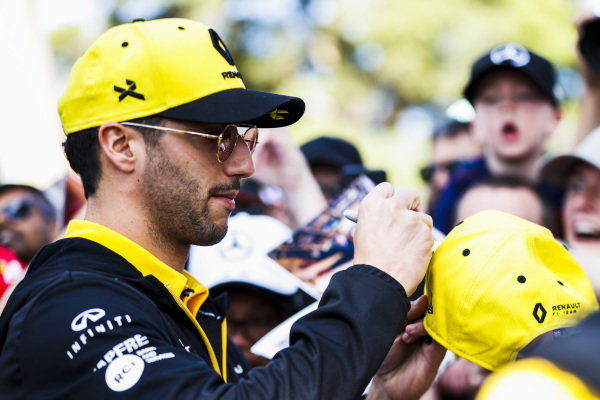 Daniel Ricciardo, Renault signs a autograph for a fan